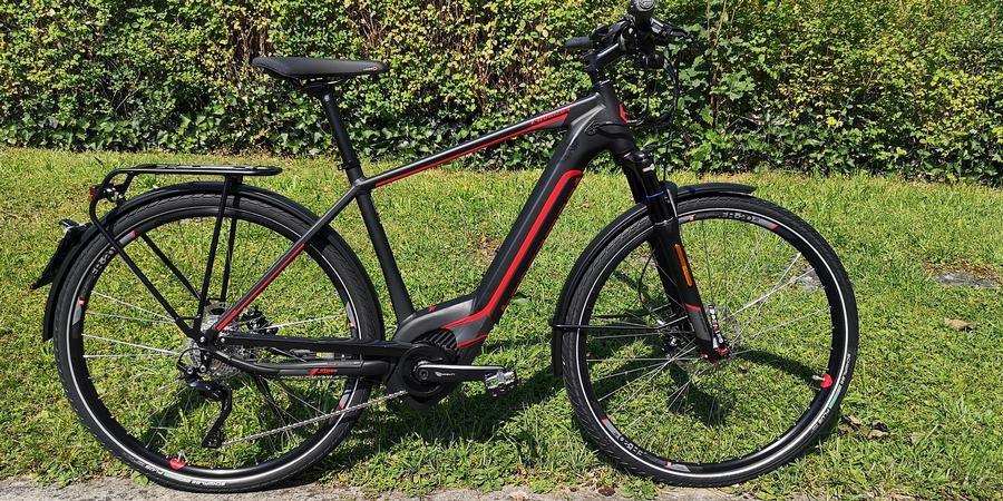 schwarz rotes E Bike mit integriertem Akku
