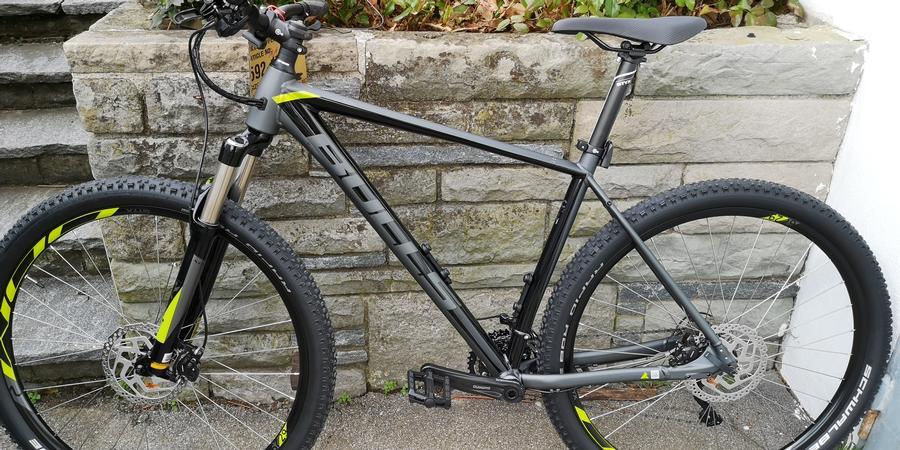 Bike vor Natursteinmauer