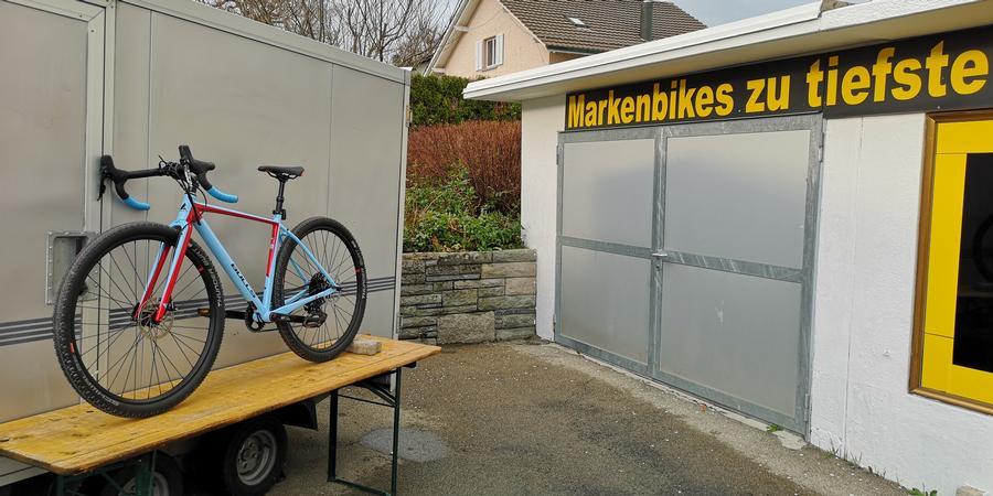 Garage mit Werbeschrift Bike auf Tisch